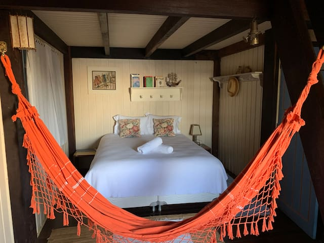 Quarto 2 com cama queen e ar condicionado