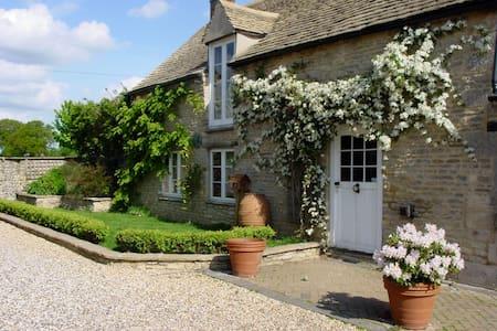Period, listed 2 bedroom barn - Curbridge - บ้าน