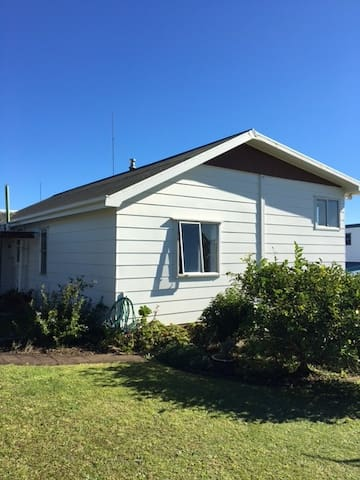 Tahi Cottage in the heart of Raglan West
