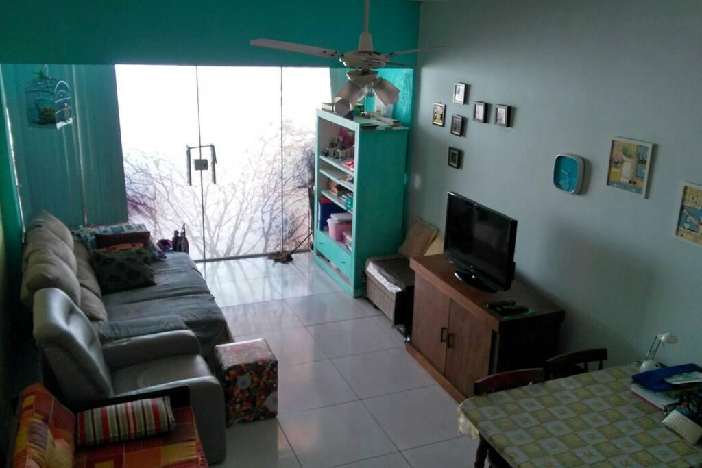 Sala ampla no andar térreo.