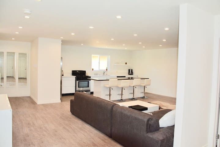 LOS ANGELES CONTEMPORARY ONE BED