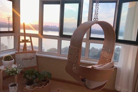 【安全之地】一间温柔的房子 全景观江 投影仪 最美日落 紧邻索道 步行中央大街