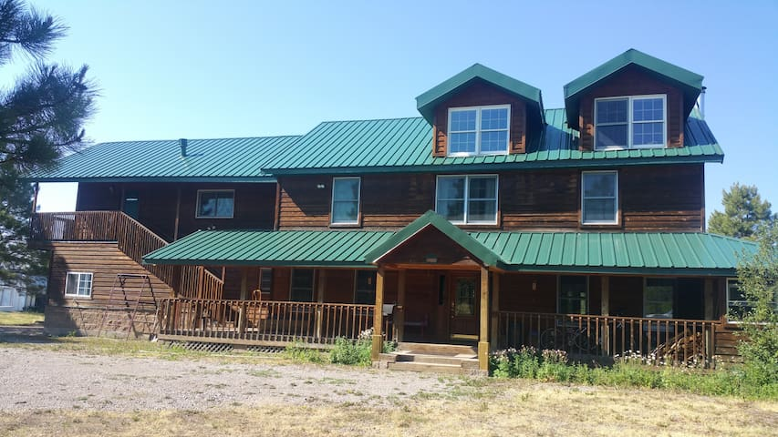 Twin Pines Lodge Middle Room. For 3
