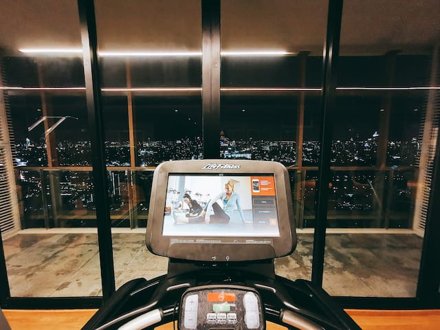 Night view from Sky Gym  空中健身房的夜景
