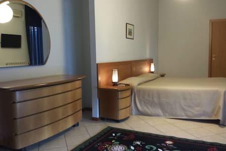 AMPIA CAMERA CON BAGNO E TERRAZZO - Castel Volturno - Bed & Breakfast