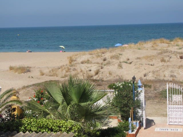 Vivienda y jardín en primera linea de playa. Denia