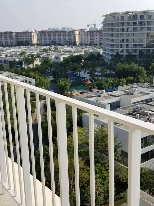 从阳台上可看小区的儿童乐园和泳池。