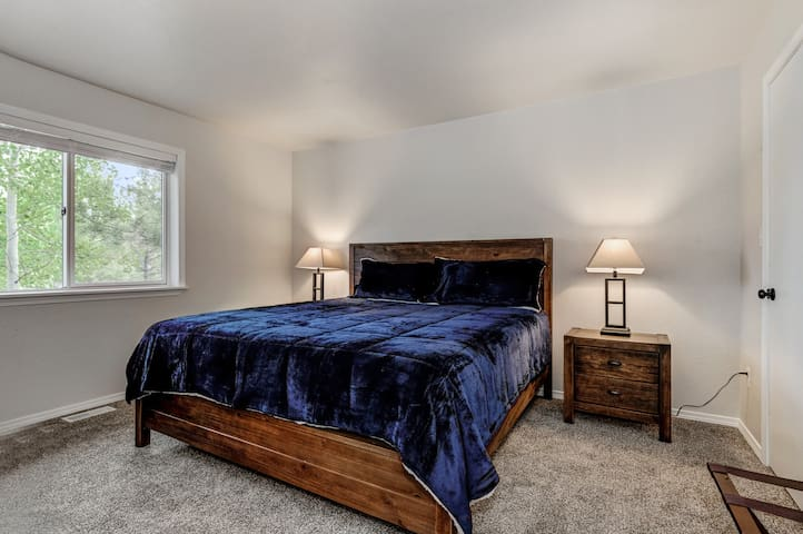 Primary bedroom (king bed)