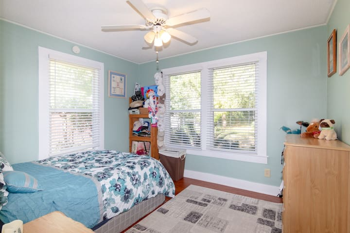 """""""Such a cute home. Great location awesome neighborhood . We absolutely LOVED our stay"""" - Stacie"""