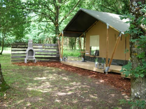 Glamping safari tent with spa tub at La Fortinerie