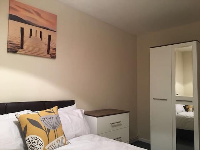 Double Room in Central Wolverhampton - Blue Room