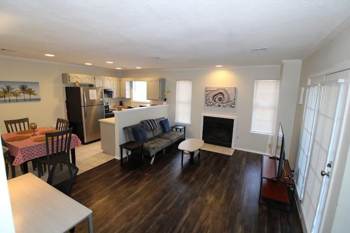 Tulsa townhouse apartment Near Downtown, BOK, Expo, TU, Rt 66...