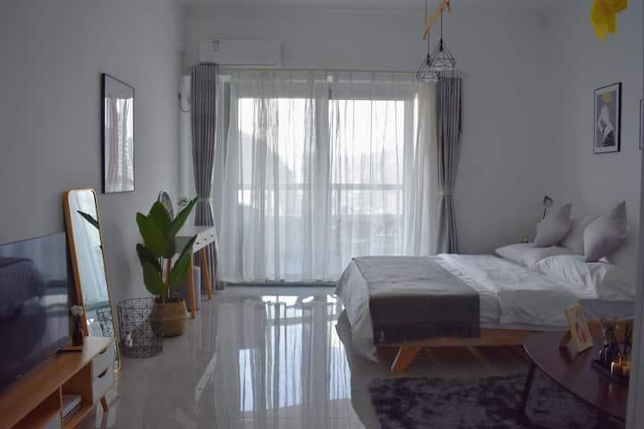 【遇见民宿】轻奢极简风 西双版纳告庄一线江景大床公寓,俯视湄公河,紧邻大金塔寺,星光夜市。