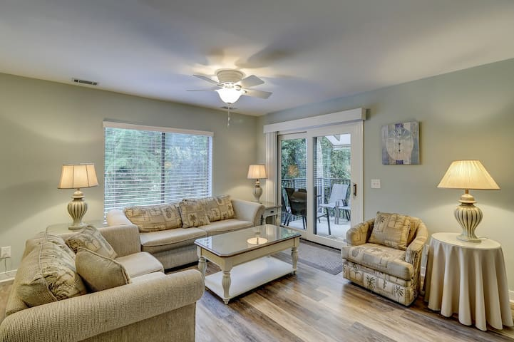 Remodeled 3 bedroom villa with complex pool access!