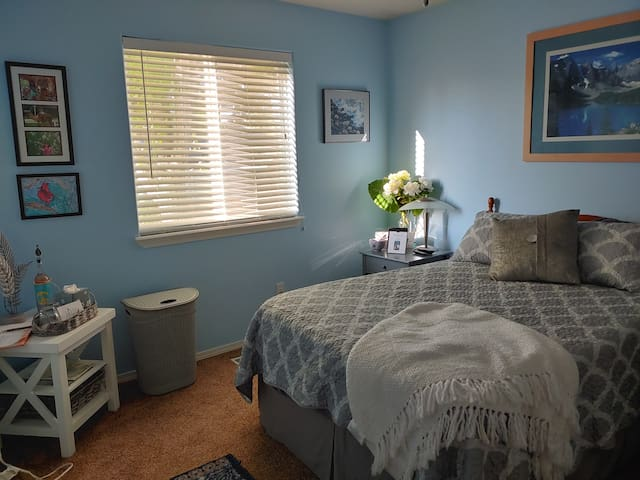 Warm, cozy, relaxing room minutes from airport.