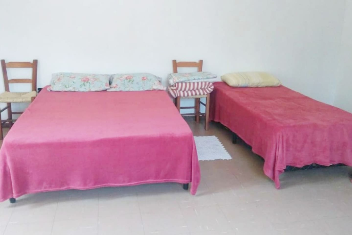 Espaço simples, limpo e arejado, com cama de casal, solteiro e, se necessário, um colchão de casal inflável.