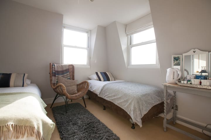 Cosy Attic room,Riverside.Putney.Double or Twin Rm
