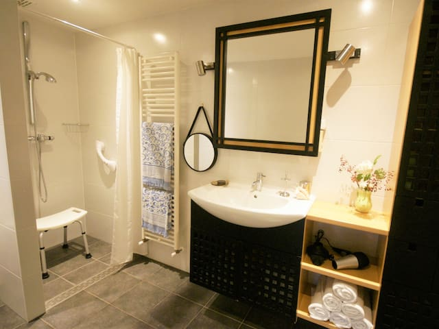 Comfi spacious Bathroom ensuite with lovely UNDERFLOOR HEATING and design Radiator for luxury Warm fluffy Towels