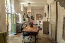Vue d'ensemble cuisine et salle à manger