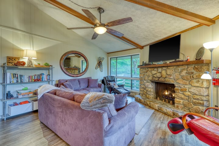 Beautiful mountainside condo with gas fireplace!