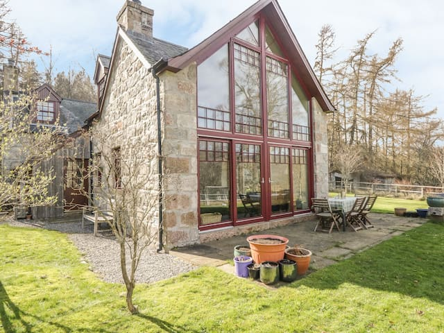 BIRCH COTTAGE, family friendly, with open fire in Crathie, Ref 4052