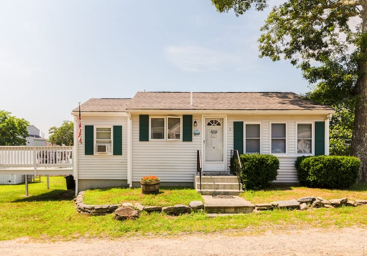 Wareham MA, 2 bedroom cottage 5 min. from beach.