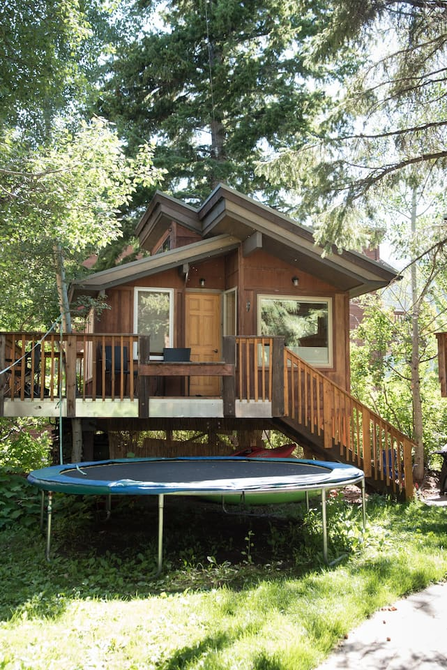 Big cozy heated treehouse in quiet neighborhood , yet central downtown location, shared bathroom, double bed and twin bunk
