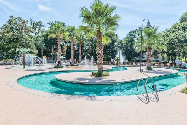 Luxurious 3-Br condo. Lazy River & Location!