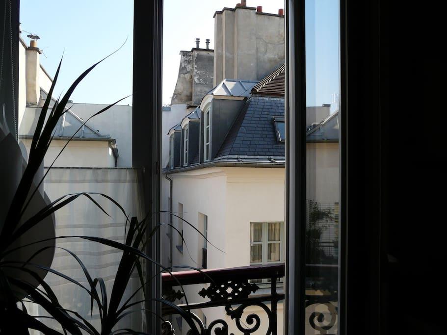 Vue sur  les toits de Paris et sur le ciel bleu !
