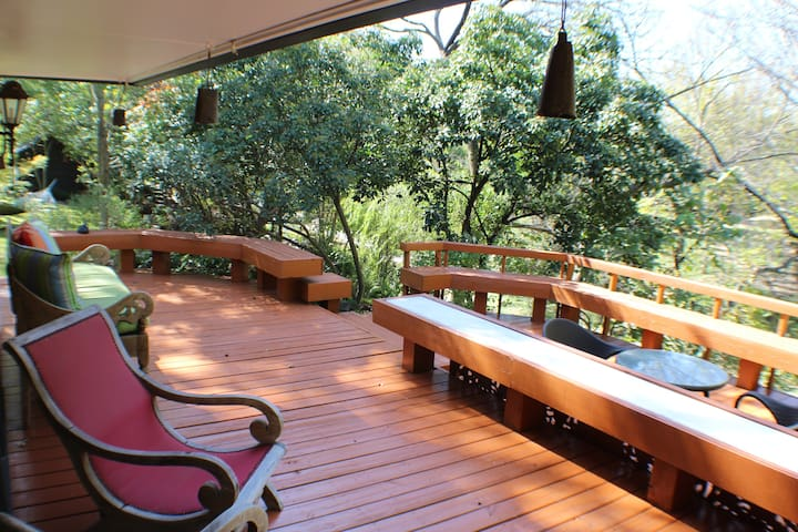 Peaceful Creekside Guesthouse and Garden Escape