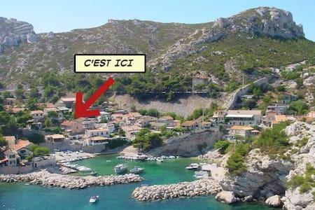 Calanque de Marseille, grand cabanon sur la mer