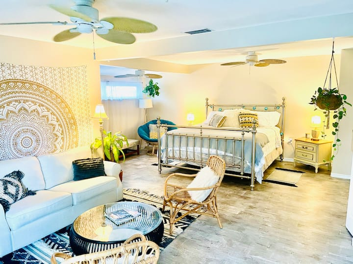 Downtown Garden Boho Suite, 10 min to Lido beach!