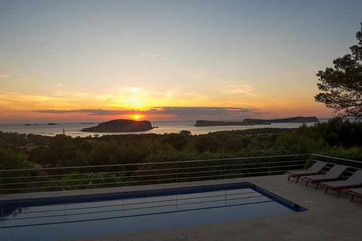 House with pool, sunset & sea view