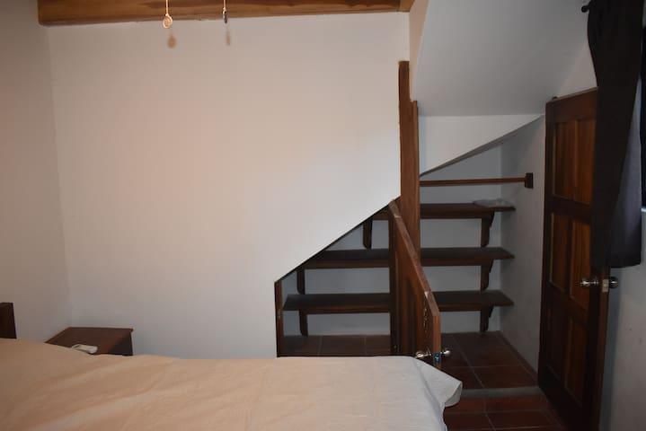 Otro cuarto, con otro minicuarto closet y sus puertas - Another room with a miniroom intended as a closeth or for storage.