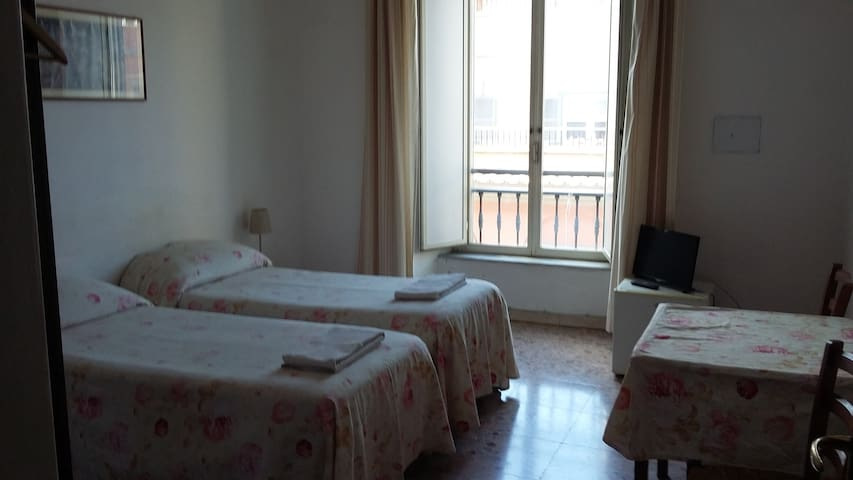 Big and sunny room near Colosseum in Rome