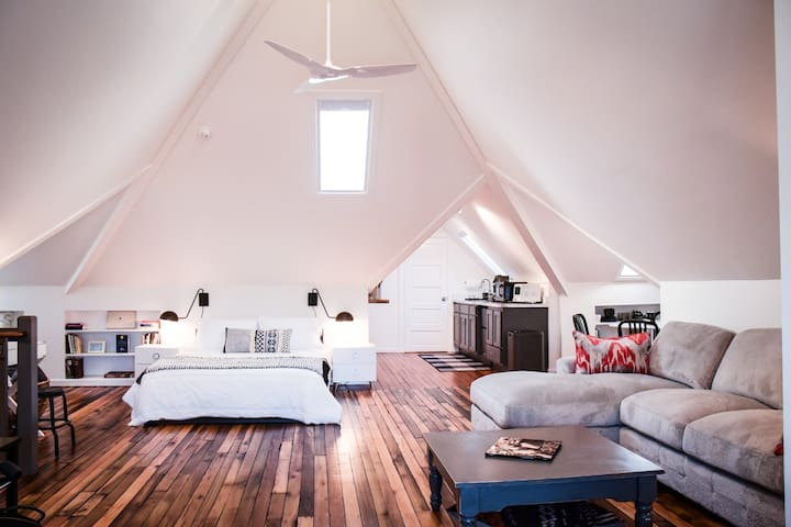 Light-filled, lofty space, poplar and pine floors. Serene, private.