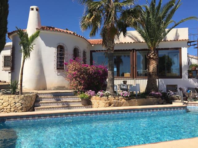 Casa con piscina y vistas al mar. - La Nucia - Hus