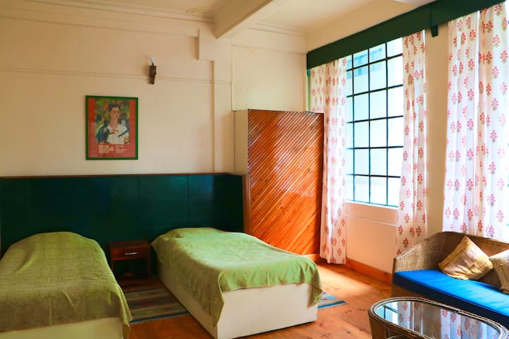 Shillong, Frida Kahlo Room. Bright and spacious.