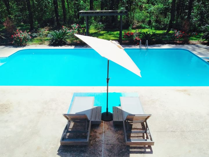 Lakefront Apartment with pool, near GSU