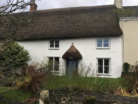 Cosy, functional thatch cottage to relax & unwind
