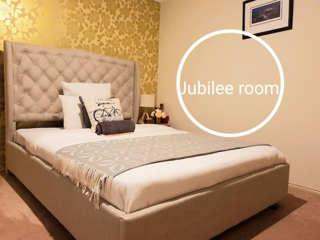 JUBILEE EDWARD, 1 QUEEN BED, BERWICK,WALK TO BUS