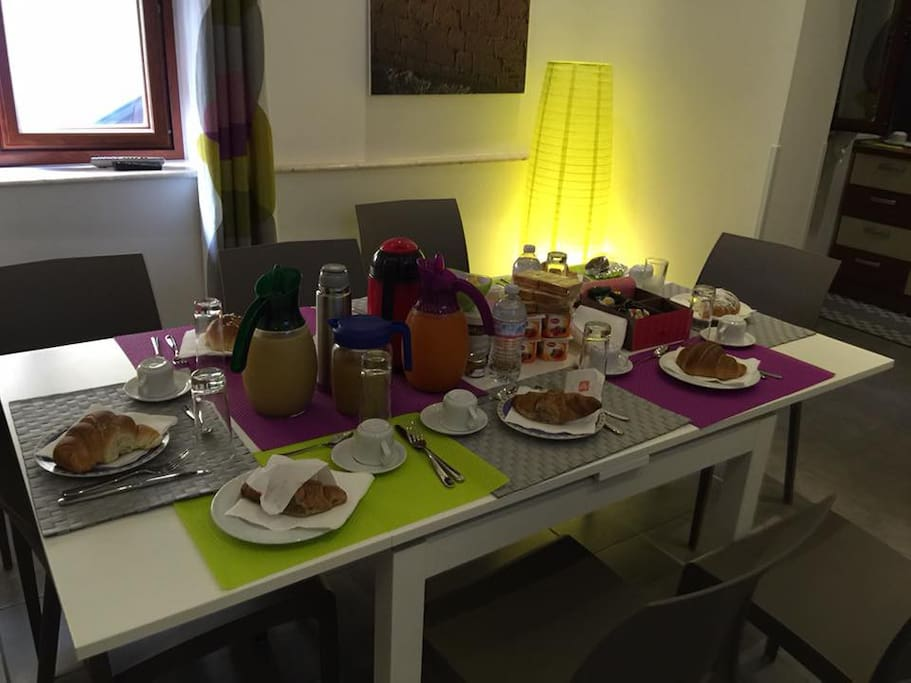 Sala con grande Tv lcd, divano e Tavolo Living room with big tv lcd, table and sofa
