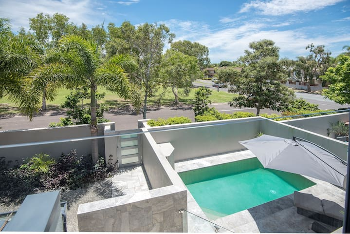 Deluxe Noosa home w/ pool, walk to River and beach