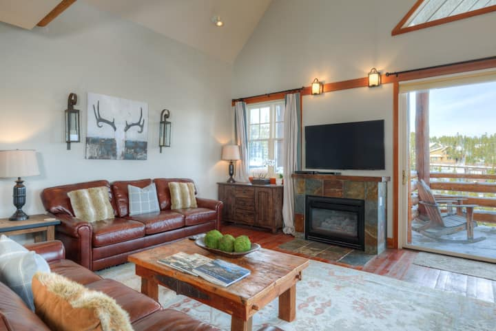 Mountain townhome, Ski-in/Ski-out, with mountain views, wifi and private hot tub