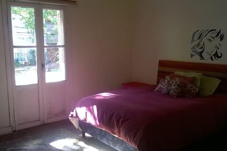 Luminosa Bedroom Con Patio in Beautiful Barrio - Буэнос-Айрес - Гестхаус