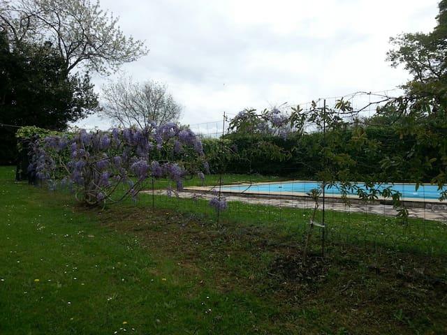 Charmante maison de 90 m2 avec piscine privée - Halsou - Hus