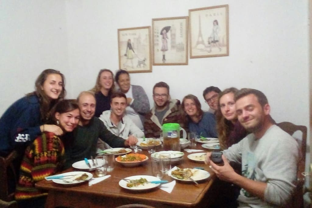 cenando con voluntarios franceses