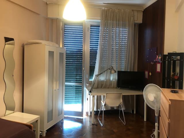 Private single room, free wifi, free parking in st