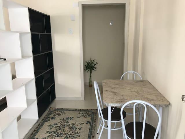 Apartamento prático e muito bem localizado (08)