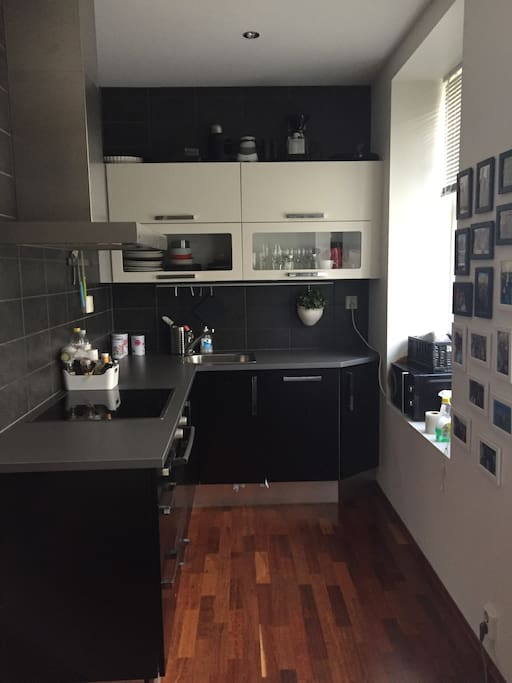 Kitchen with dishwasher, fridge and freezer. There is also coffiemaker/moccamaster, toaster, waterboiler, microwave and smoothiemaker. Spices, coffie and tea is free.